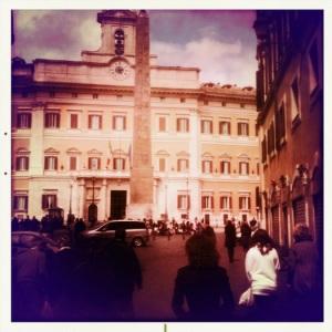 Immagine di piazza Montecitorio, fatta con iPhone e Hypstamatic